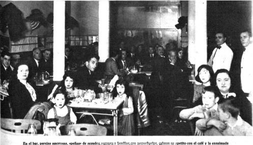 En el bar, parejas amorosas, «peñas» de sesudos varones y familias con pequeñuelos, calman su apetito con el café y la ensaimada