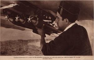 El piloto bombardero coloca sobre las alas del avión las granadas que más tarde dejará caer sobre los campos del enemigo (Fots. Albero y Segovia)