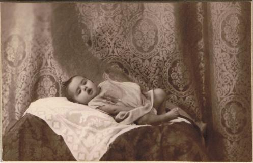 Lolita Hernández Rodríguez (Madrid, 9-VIII-1929 – Madrid, 13-III-1933), fotografiada en noviembre de 1929.