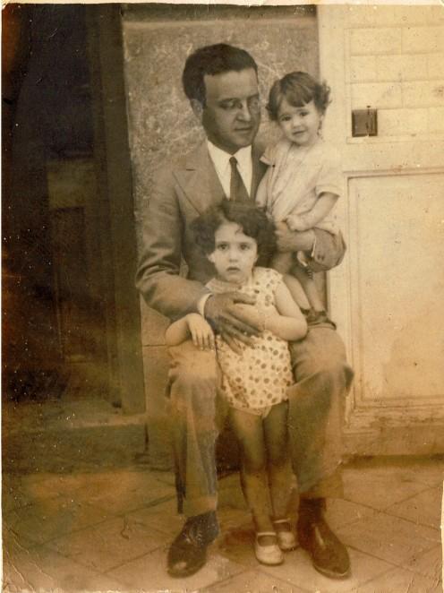 Luis Hernández Alfonso con sus dos hijas, Mari Loli (1929-1933) y Mari Chelo (1931-2003) (Madrid, 1932). Foto del archivo del autor, restaurada digitalmente por D. Juan Simón Lahuerta.